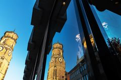 Το Stiftskirche στη Στουτγάρδη, Γερμανία, που απεικονίζει σε μια προθήκη στοκ φωτογραφίες με δικαίωμα ελεύθερης χρήσης