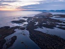 Το Stokksnes και ο όμορφος κηφήνας βουνών και τοπίων της νότιας Ισλανδίας Vestrahorn πυροβόλησαν τη arial άποψη Στοκ Φωτογραφία