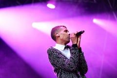Το Stromae, βελγικός τραγουδιστής που παίζει το σπίτι, νέο κτύπησε και ηλεκτρονική μουσική Στοκ Φωτογραφία