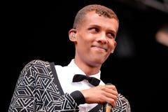 Το Stromae, βελγικός τραγουδιστής που παίζει το σπίτι, νέο κτύπησε και ηλεκτρονική μουσική Στοκ Φωτογραφίες