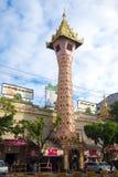 Το stupa ενός σύγχρονου βουδιστικού ναού σε ένα νεφελώδες πρωί Yangon, Βιρμανία Στοκ Εικόνα