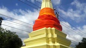 Το Stupa ντυμένο στο ύφασμα πετά στα ύψη στο νεφελώδη ουρανό