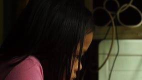 Το Sulky, λυπημένο ή μικρό κορίτσι κοιτάζει επίμονα μόνο στη κάμερα Συγκίνηση παιδιών απόθεμα βίντεο