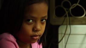 Το Sulky, λυπημένο ή μικρό κορίτσι κοιτάζει επίμονα μόνο στη κάμερα Συγκίνηση παιδιών φιλμ μικρού μήκους