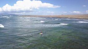Το Surfer οδηγά το κύμα με μια γουλιά, fuerteventura απόθεμα βίντεο