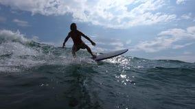 Το Surfer οδηγά το κύμα απόθεμα βίντεο