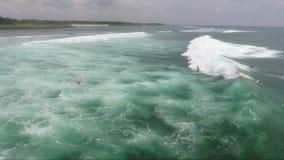 Το Surfer οδηγά το μπλε ωκεάνιο κύμα απόθεμα βίντεο
