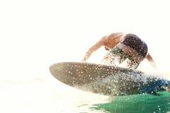 Το Surfer παίρνει ένα κύμα από το νερό Στοκ φωτογραφία με δικαίωμα ελεύθερης χρήσης