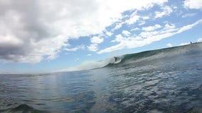 Το Surfer παίρνει Barreled στο μπλε κύμα απόθεμα βίντεο
