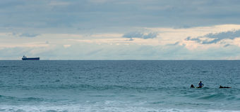 Το Surfers εξετάζει το σκάφος μακριά Στοκ φωτογραφίες με δικαίωμα ελεύθερης χρήσης