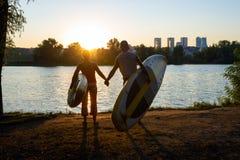 Το Surfers κρατά τα χέρια Στοκ φωτογραφίες με δικαίωμα ελεύθερης χρήσης