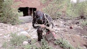 Το survivalist κυνηγών με μια βαλλίστρα δραπετεύει από τη δίωξη που κάνει τον τρόπο του μέσω της βιομηχανικής ζώνης και πηγαίνει  απόθεμα βίντεο