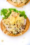 Το Tartlets με το εύγευστο τυρί, το χοιρινό κρέας, το αγγούρι και τα καρύδια με αφήνουν στοκ φωτογραφίες με δικαίωμα ελεύθερης χρήσης