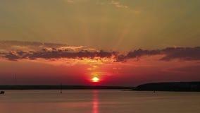 Το Taym περιτυλίγει τον πρωινό ουρανό με τα χνουδωτά σύννεφα απόθεμα βίντεο