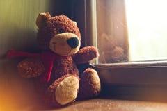 Το Teddy αντέχει από το παράθυρο Στοκ Εικόνες