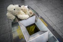 Το Teddy αντέχει εγκαταλειμμένος σε ένα δοχείο ενός σταθμού τρένου Στοκ εικόνες με δικαίωμα ελεύθερης χρήσης