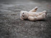 Το Teddy αντέχει καθορίζει στο πάτωμα μόνη έννοια Internat Στοκ φωτογραφία με δικαίωμα ελεύθερης χρήσης