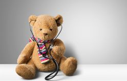 Το Teddy αντέχει και στηθοσκόπιο που απομονώνεται Στοκ Εικόνες