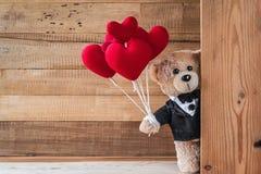 Το Teddy αντέχει το καρδιά-διαμορφωμένο μπαλόνι Στοκ Εικόνα