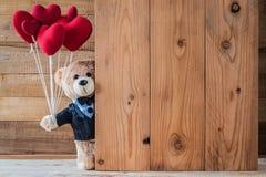 Το Teddy αντέχει το καρδιά-διαμορφωμένο μπαλόνι Στοκ Εικόνες