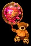 Το Teddy αντέχει το κόκκινο καρδιά-διαμορφωμένο μπαλόνι Ο βαλεντίνος αντέχει με στοκ φωτογραφία με δικαίωμα ελεύθερης χρήσης