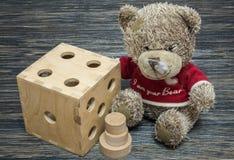 Το Teddy αντέχει, μεγάλος χωρίστε σε τετράγωνα στον παλαιό ξύλινο πίνακα στοκ φωτογραφία με δικαίωμα ελεύθερης χρήσης