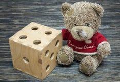 Το Teddy αντέχει, μεγάλος χωρίστε σε τετράγωνα στον παλαιό ξύλινο πίνακα στοκ εικόνες