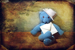 Το Teddy αντέχει με έναν φάκελο Στοκ φωτογραφίες με δικαίωμα ελεύθερης χρήσης