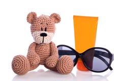 Το Teddy αντέχει με τα γυαλιά ηλίου και suncream Στοκ εικόνα με δικαίωμα ελεύθερης χρήσης