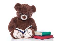 Το Teddy αντέχει με τα γυαλιά διαβάζοντας τις ιστορίες για τα Χριστούγεννα - που απομονώνονται Στοκ εικόνα με δικαίωμα ελεύθερης χρήσης