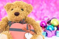 Το Teddy αντέχει με τα δώρα και τα νέα έτη διακοσμήσεων Στοκ Φωτογραφίες