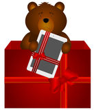 Το Teddy αντέχει με την ταμπλέτα στο κιβώτιο δώρων Στοκ εικόνα με δικαίωμα ελεύθερης χρήσης