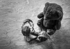 Το Teddy αντέχει με τους αλτήρες και την ταινία Στοκ Εικόνα