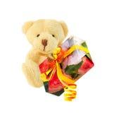 Το Teddy αντέχει με το δώρο που απομονώνεται πέρα από το λευκό Στοκ εικόνες με δικαίωμα ελεύθερης χρήσης