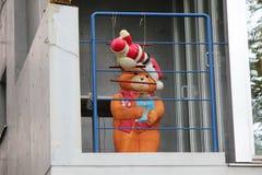 Το Teddy αντέχει πίσω από τις σχάρες στο ανοικτό παράθυρο διαμερισμάτων στοκ φωτογραφία με δικαίωμα ελεύθερης χρήσης