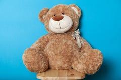 Το Teddy αντέχει το παιχνίδι, καφετιά μαλακή κούκλα στοκ εικόνες