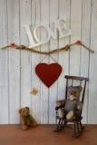 Το Teddy αντέχει σε μια λικνίζοντας καρέκλα και μια μεγάλη καρδιά Στοκ φωτογραφία με δικαίωμα ελεύθερης χρήσης