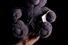 Το Teddy αντέχει στη χειροπέδη στοκ φωτογραφία με δικαίωμα ελεύθερης χρήσης