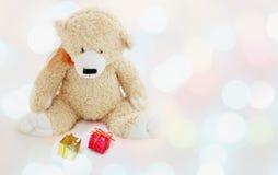 Το Teddy αντέχει στο μαγικό φως Χριστουγέννων Στοκ Φωτογραφία