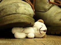 Το Teddy αντέχει συντριμμένος από μια βαριά, παλαιά στρατιωτική μπότα Στοκ φωτογραφίες με δικαίωμα ελεύθερης χρήσης