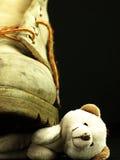 Το Teddy αντέχει συντριμμένος από μια βαριά, παλαιά στρατιωτική μπότα Στοκ Φωτογραφία