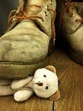 Το Teddy αντέχει συντριμμένος από μια βαριά, παλαιά στρατιωτική μπότα Στοκ Φωτογραφίες