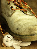 Το Teddy αντέχει συντριμμένος από μια βαριά, παλαιά στρατιωτική μπότα Στοκ Εικόνες