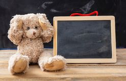 Το Teddy αντέχει τα αυτιά και έναν κενό πίνακα, διάστημα για το κείμενο στοκ εικόνες