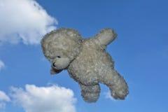 Το Teddy αντέχει τις μύγες στον αέρα με το μπλε ουρανό με τα σύννεφα Στοκ Εικόνα
