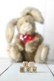 Το Teddy αντέχει το λαγουδάκι με το βαλεντίνο ή το θέμα αγάπης επετείου στοκ εικόνα με δικαίωμα ελεύθερης χρήσης