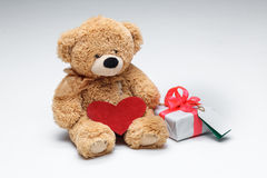 Το Teddy αντέχει το ζεύγος με την κόκκινη καρδιά κόκκινος αυξήθηκε Στοκ φωτογραφία με δικαίωμα ελεύθερης χρήσης