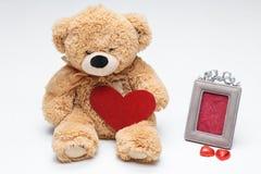 Το Teddy αντέχει το ζεύγος με την κόκκινη καρδιά κόκκινος αυξήθηκε Στοκ εικόνα με δικαίωμα ελεύθερης χρήσης