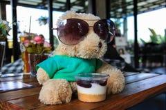 Το Teddy αντέχει το πράσινα πουκάμισο και τα γυαλιά ηλίου Στοκ Φωτογραφία