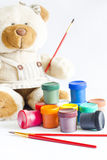 Το Teddy αντέχει το σημάδι του ευτυχούς παιδιού στην εκμάθηση Στοκ Φωτογραφία